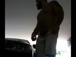 Hombre hetero lavando su auto enseña su verga